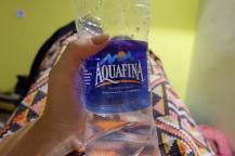 Bezahle niemals mehr als 18-20 Rs fuer eine Wasserflasche. Es sei denn sie fasst mehr als 1 Liter, dann kann sie auch teurer sein.