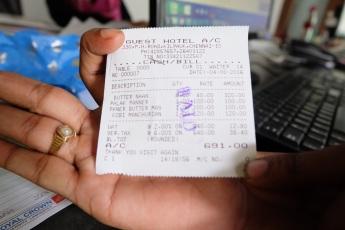 Fuer 691 Rs (9,21 Euro) sind hier drei Maenner und ich satt geworden. Es gab pro Person 4 Naan und die 3 Nebengerichte.